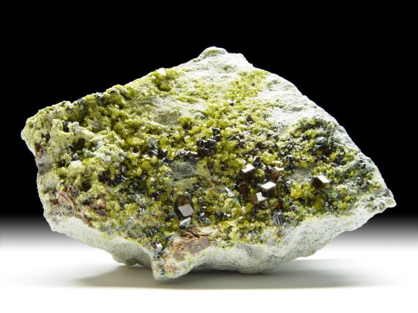 Granat-Var. Andradit, Epidot, Magnetit, Diopsid