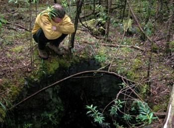 Ein ehemaliger verlassener Schacht nahe der Adelaide Mine – mitten im unwegsamen Wald. Foto: Bruce Stark 2004.