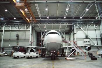 UV-Lampen werden zur Inspektion von Haarrissen an Flugzeuggestellen gebraucht. Foto: © Martin Raab - Fotolia.com.