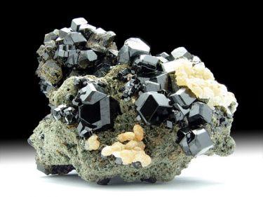 Andradit-Var. Melanit (Granatgruppe), Prehnit