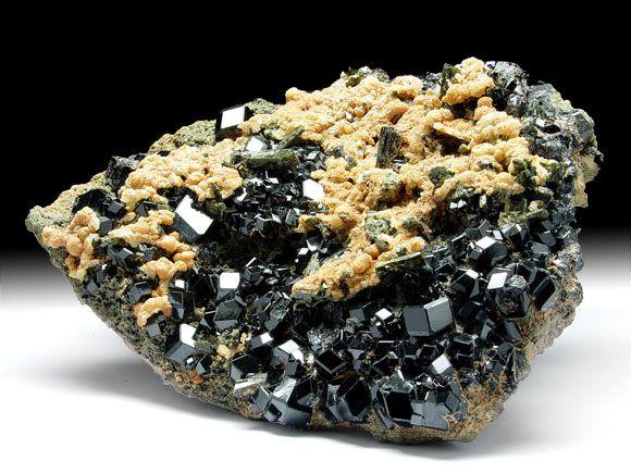 Andradit-Var. Melanit (Granatgruppe), Prehnit, Epidot