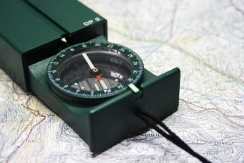 Aussagekräftiges Kartenmaterial und Kompass erleichtern die Orientierung. Foto: fotolia.de