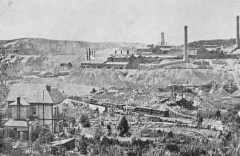 """Die tasmanische Erzverhüttung der """"Tasmanian Smelting Co.'s Works"""", Zeehan, um 1900. Foto: H.W. Judd.9"""