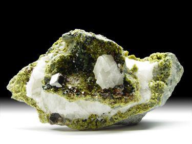 Granat-Var. Andradit, Epidot, Calcit, Diopsid, Klinochlor