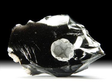 Cristobalit in schwarzem Obsidian
