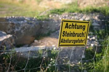 Beachten Sie Warnhinweise und Verbotsschilder im Steinbruch. Foto: fotolia.de
