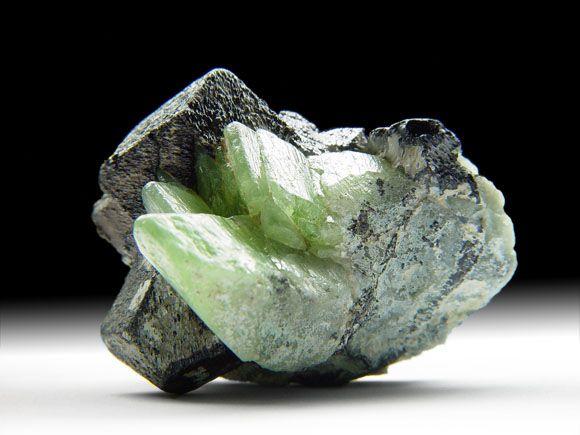 Forsterit-Var. Peridot (Olivin), Magnetit