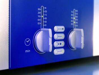 Ein gutes Ultraschallgerät verfügt über Drehschalter, mit denen sich bequem die jeweils erforderliche Temperatur und Reinigungszeit einstellen lässt. Foto: Elma Ultrasonic
